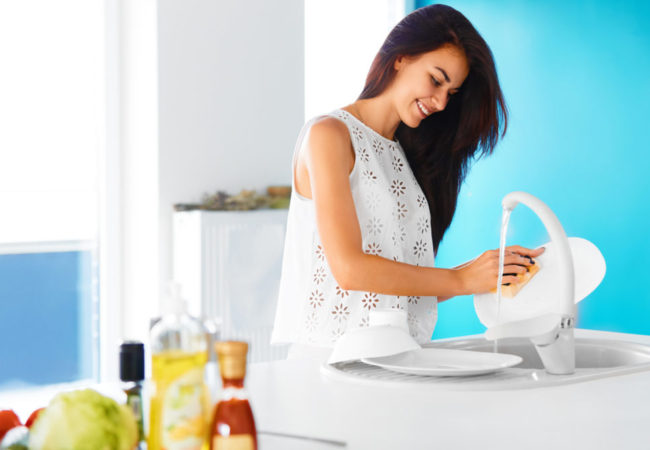 How to Clean Dishes by Hand – No Dishwasher? No Problem!